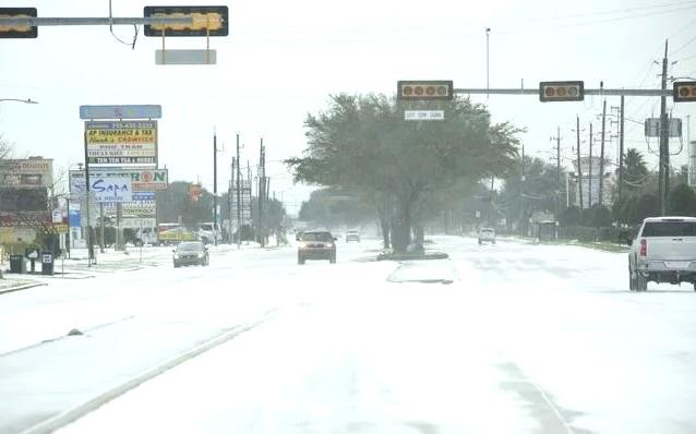 休斯頓大停電,一家人用汽車發動機取暖,母女一氧化碳中毒喪身