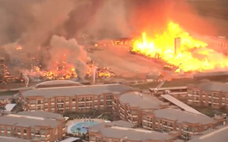 Katy公寓起火,火勢吞沒多棟建築物,400間公寓付之一炬