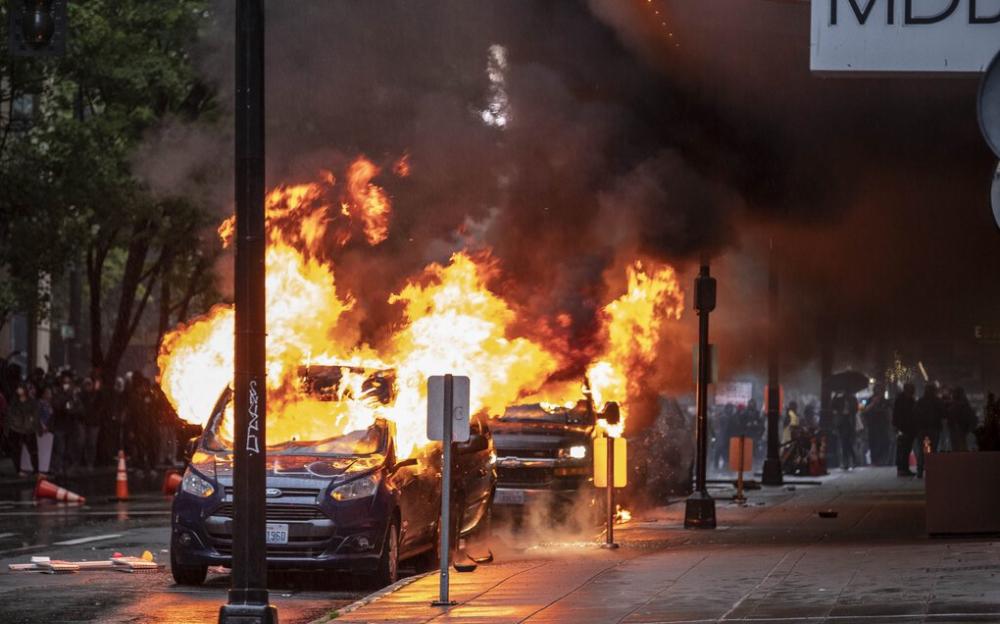 西雅圖示威者向警察投擲炸藥和岩石    至少45名示威者被捕