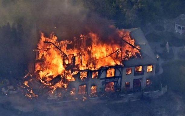 数十场致命的野火烧焦美国西海岸   场景犹如一场战乱