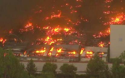 加利福尼亞州雷德蘭茲的亞馬遜配送中心發生火災,整個建築群毀損