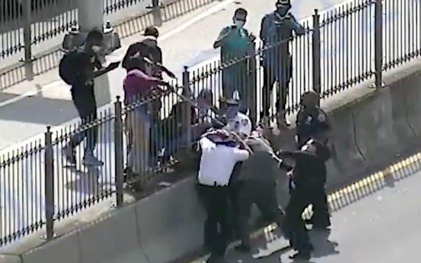 """纽约""""黑命贵""""抗议者暴力袭警,三名警官受伤"""