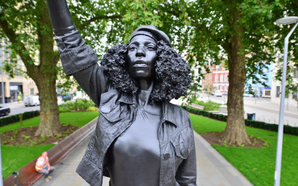 """英國非法取代奴隸商人科爾斯頓雕像的""""權力激增""""雕像被拆除"""