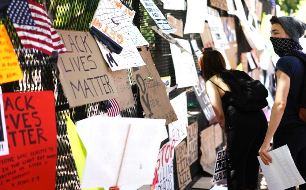 抗議者將新建的白宮圍欄變成了種族歧視紀念館