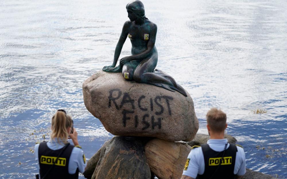 """只因長了一張白人臉   丹麥的小美人魚銅像被塗""""種族主義魚"""""""