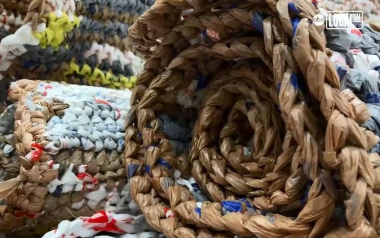 德州教会塑胶袋编织成垫子送给游民