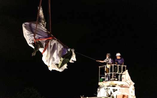 由于抗議者與警察的沖突,芝加哥深夜將哥倫布雕像拆除