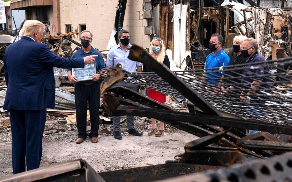 特朗普考察基諾沙的暴亂現場,承諾將幫助企業重建