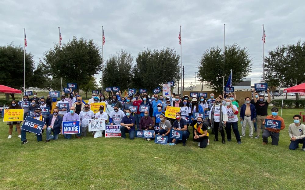 德州大休斯敦地區亞裔各族裔聚集美南廣場,爲民主黨總統候選人拜登拉選票