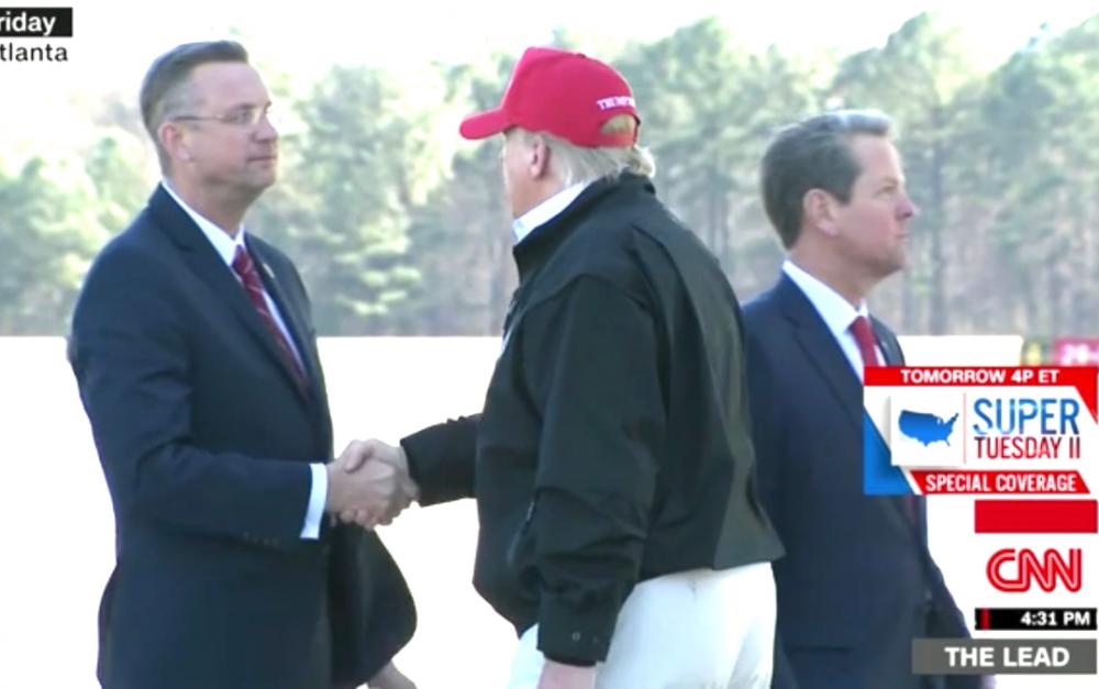 因新冠病人出席会议,4名国会议员,包括与特朗普握手的议员自行隔离