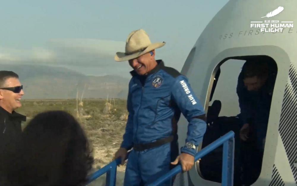 世界首富貝佐斯乘坐自己的太空飛行器飛天後安全返回地球