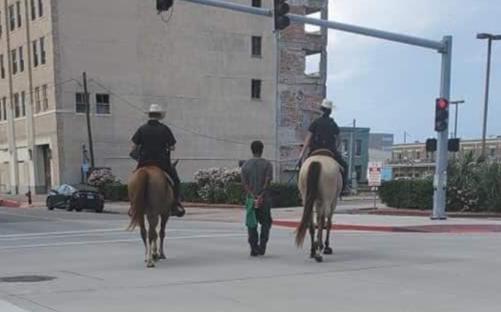 Galveston 非裔遭白人警牵绳逮捕游街,求偿100万
