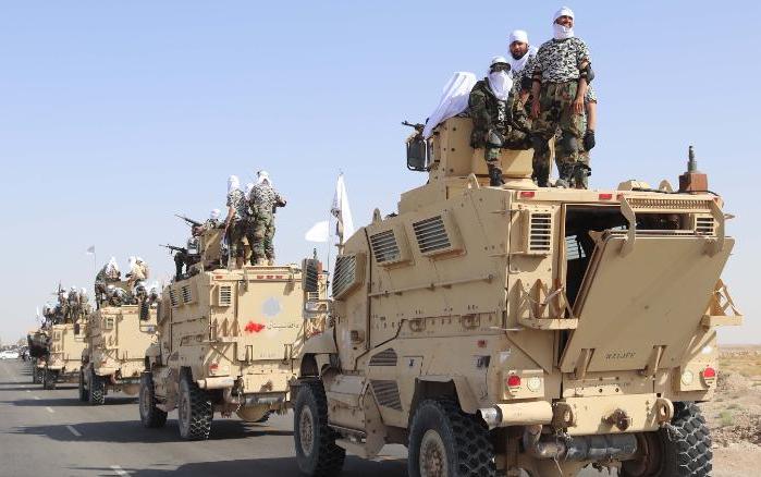 塔利班在坎大哈胜利游行中炫耀缴获的美式武器装备