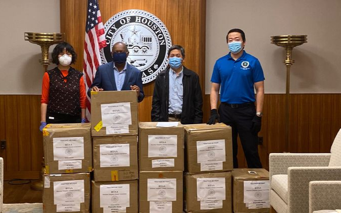 休斯頓清華校友會捐贈休斯頓市政府2萬個一次性口罩