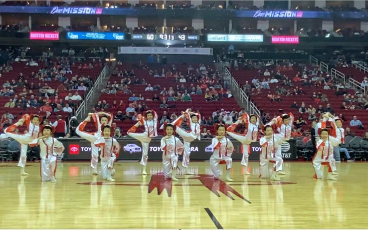 亚美舞蹈学校应NBA休斯顿火箭队的邀请在丰田中心上演中场秀