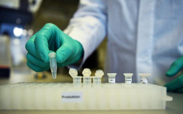 拜登承诺上任百日施打一亿剂疫苗