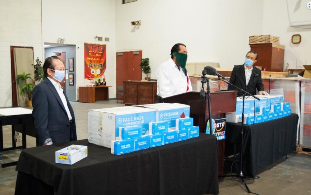 国际区区长李蔚华先生向休斯敦特纳市长的冠状病毒工作队捐赠了10,000个PPE口罩