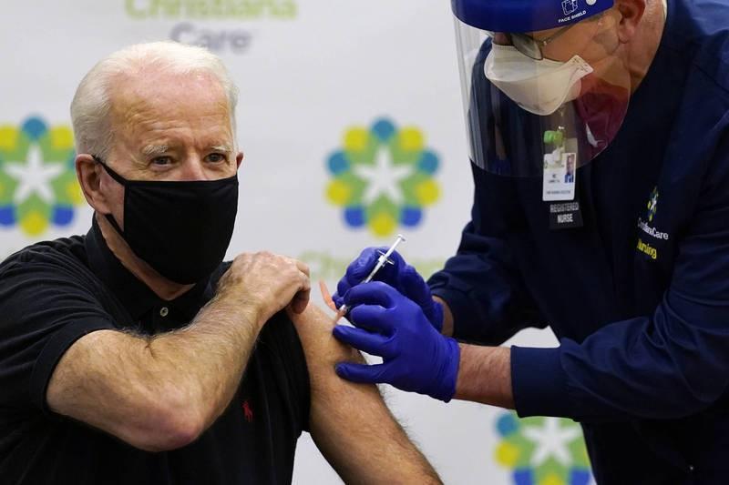 拜登接种第二剂辉瑞疫苗。(美联社)