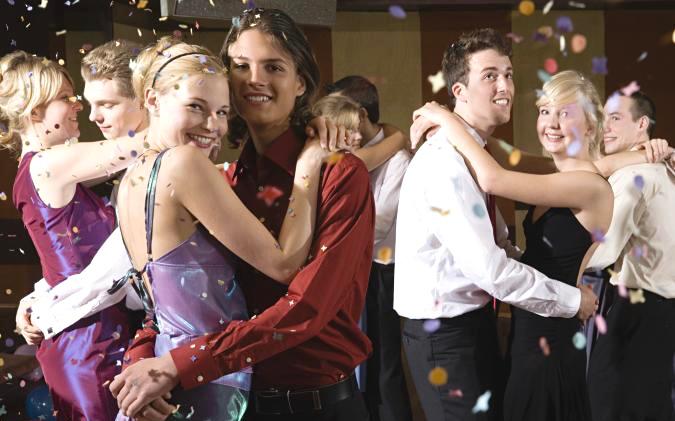 美国高中生举行毕业典礼和浪漫舞会  19名学生冠状病毒测试呈阳性