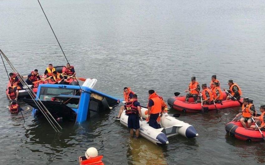 中國的一名公交司機在其房屋被拆除後故意將公交車沖入水庫至21人死亡