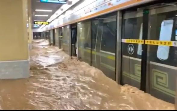 郑州地铁乘客讲述被洪水淹没的恐怖    水灾死亡人数继续上升