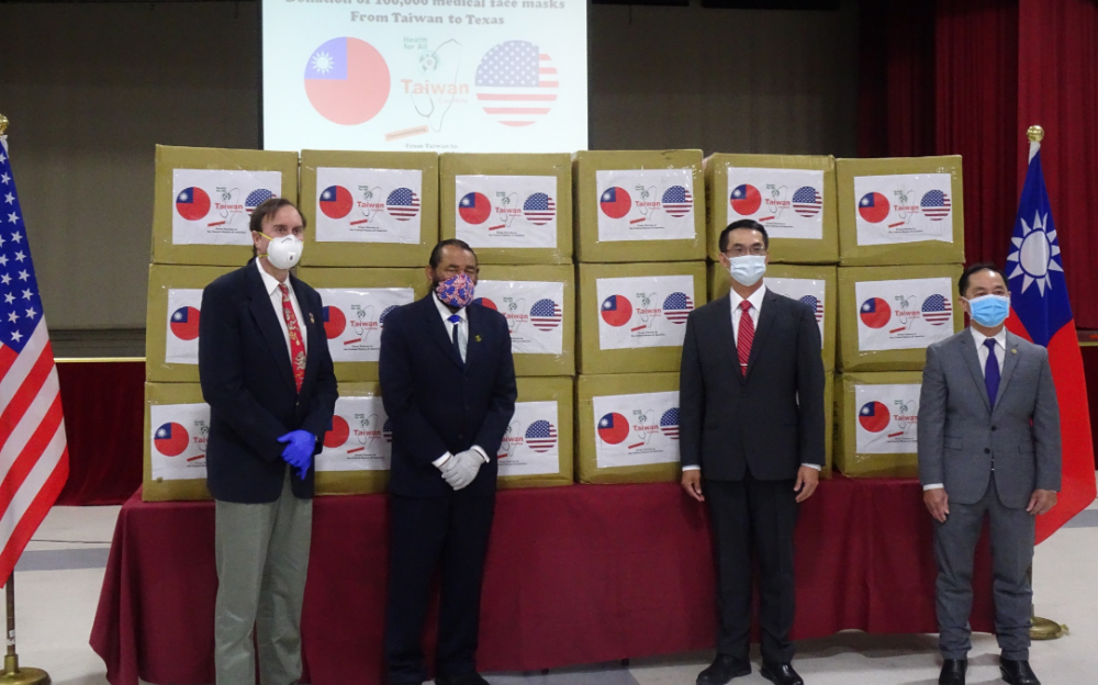 駐休士頓辦事處陳家彥處長於台灣提供10萬片醫療用口罩支持德州對抗COVID-19捐贈儀式