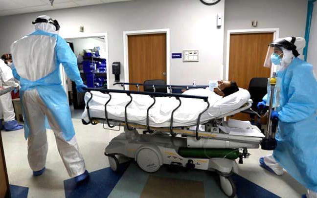 """美國人口最多的叁個州打破了冠狀病毒記錄,導致人們擔心""""末日""""激增"""