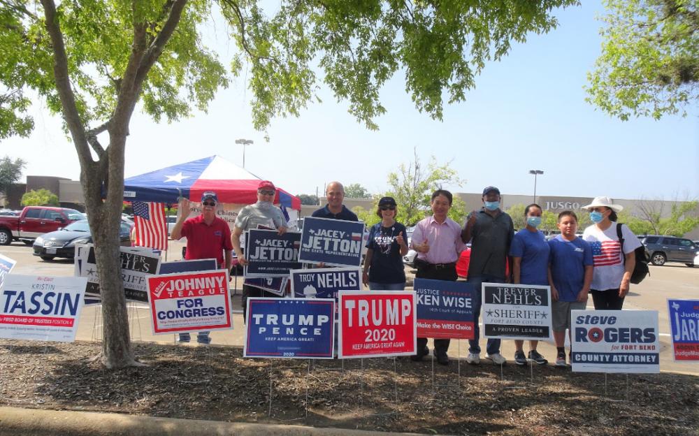 福遍郡華裔共和黨黨員及候選人 昨在糖城百佳超市前分發看板助選