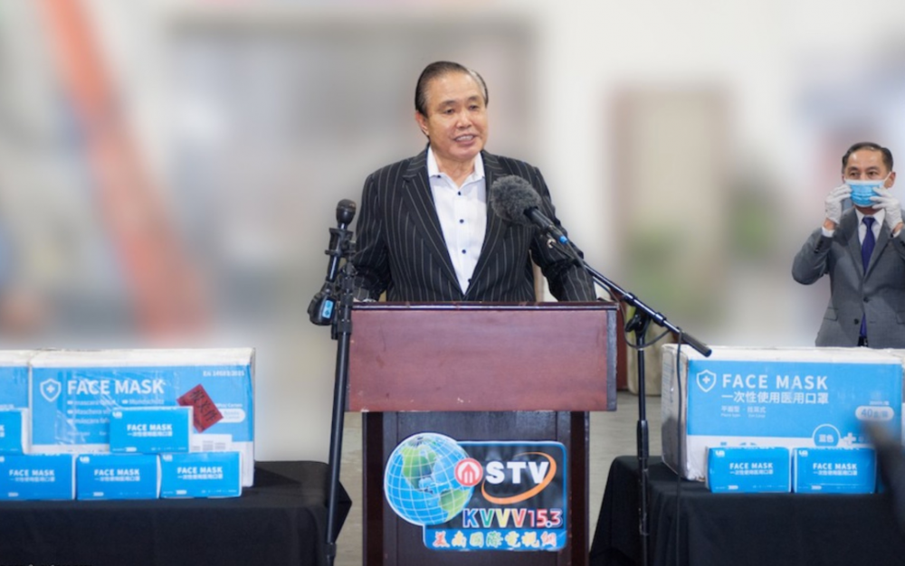 美南新聞集團首席執行官兼國際區主席李蔚華先生向休斯敦衛生官員分發了10,000個口罩