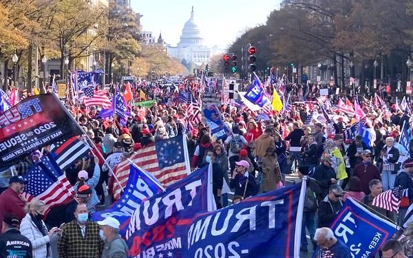 """數萬名特朗普的支持者在白宮附近舉行""""百萬MAGA大遊行"""""""