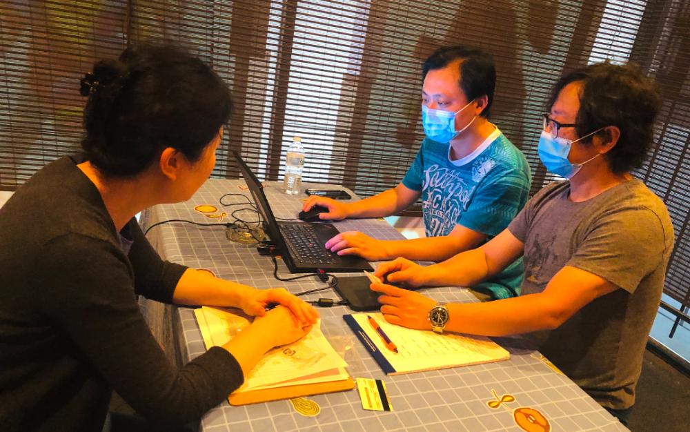 网上福利申请超难,华人义工出手相助