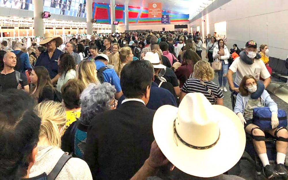 返美游客受到新冠病毒检测   排长队等候导致美国机场混乱