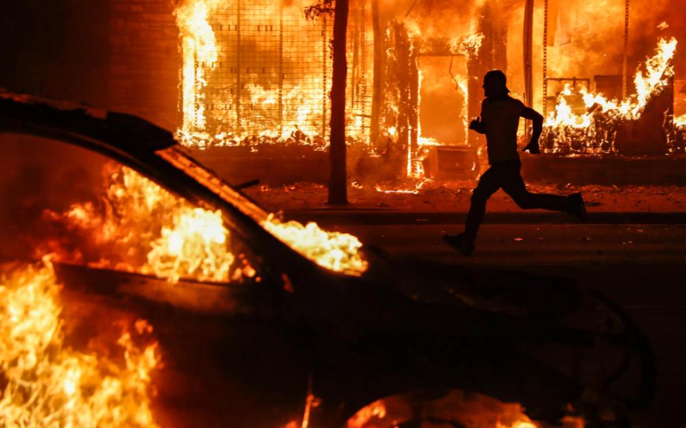 憤怒蔓延,抗議者和警察在數十個城市發生了第五個晚上的沖突