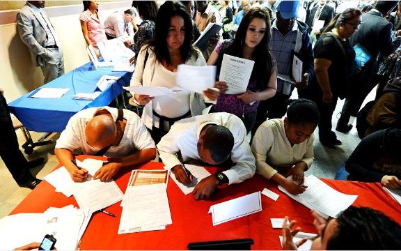 美国申请失业救济的人数减少  经济朝着正确的方向迈进