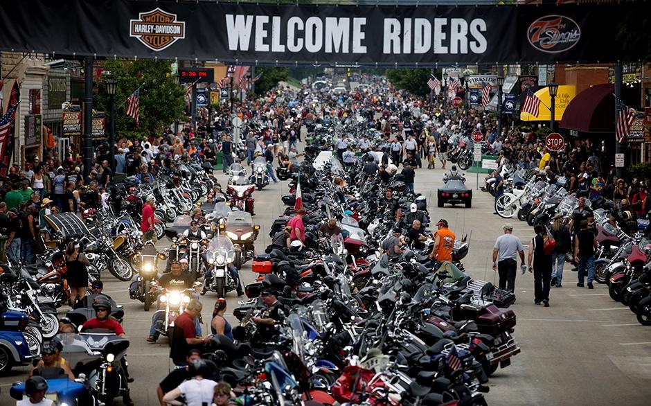 女州長諾姆:爲了自由美國人開摩托車來到最自由的總統山州集會