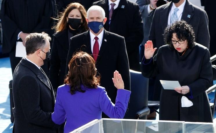 賀錦麗在最高法院大法官索托馬約爾面前宣誓。(Reuters)