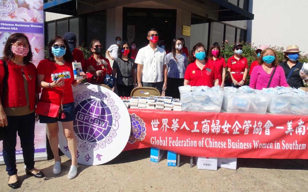 世华工商妇女会昨天上午十时半起, 在侨教中心前门广场分发口罩、食品
