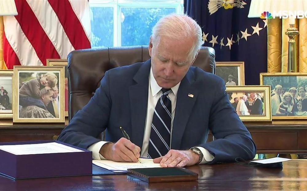 拜登簽署1.9萬億元的美國救援計劃救助新冠病毒的大發展
